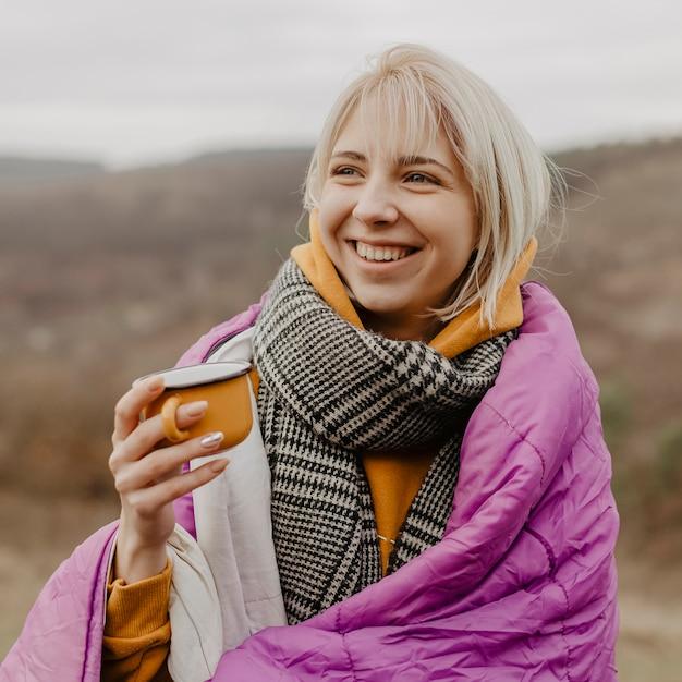 お茶を飲む美しい女性の肖像画 無料写真