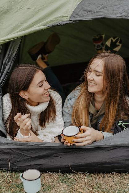 お茶を飲むテントでスマイリーガールフレンド 無料写真