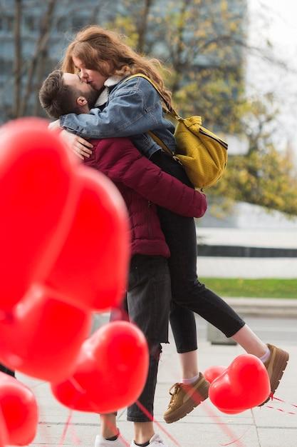 フルショットかわいいカップルのキス 無料写真