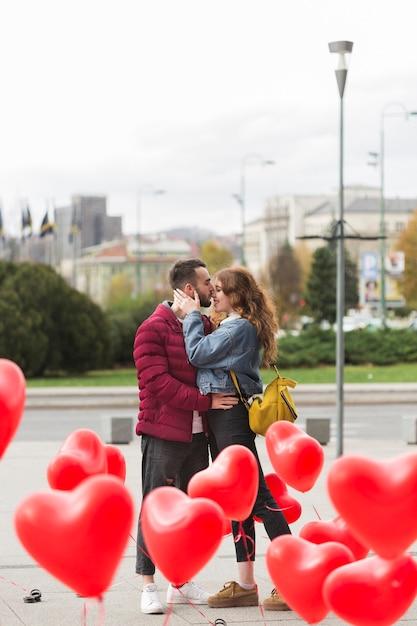 愛情のこもったカップル屋外フルショット 無料写真