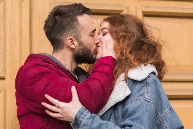 ロマンチックなカップルが屋外キス 無料写真