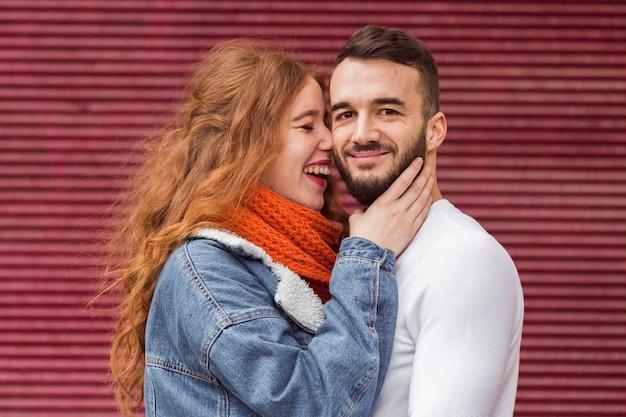 彼氏の正面を抱きしめる笑う女性 無料写真