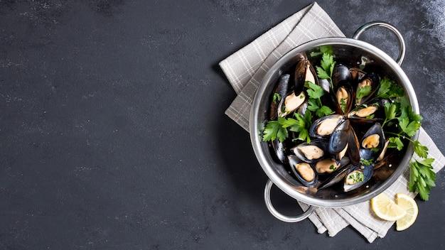Вид сверху вкусные мидии с петрушкой Бесплатные Фотографии