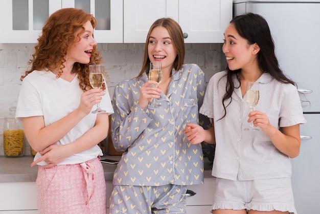 ドリンクを飲みながら自宅でピジャマパーティー 無料写真