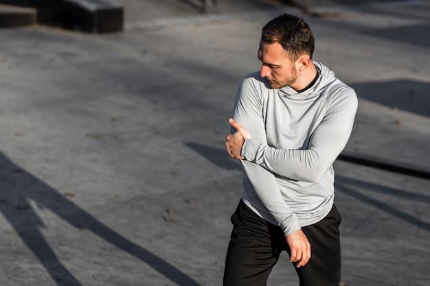 外のファッションのポーズ運動男 無料写真