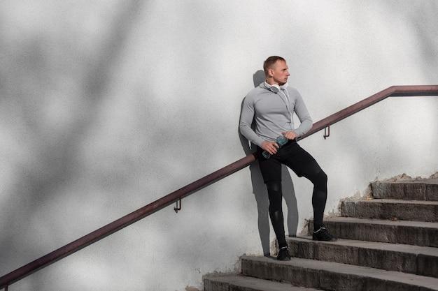 階段の上に座って、よそ見陽気な男 無料写真