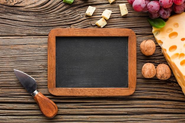 フラットレイアウトチーズブドウクルミと空白の黒板 無料写真