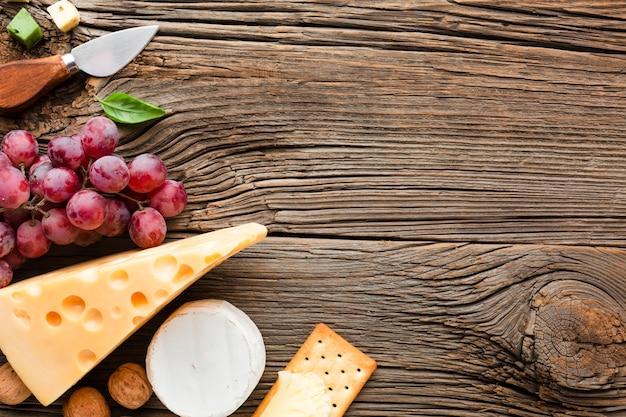 フラットレイアウトブドウエメンタールとチーズナイフコピースペース 無料写真