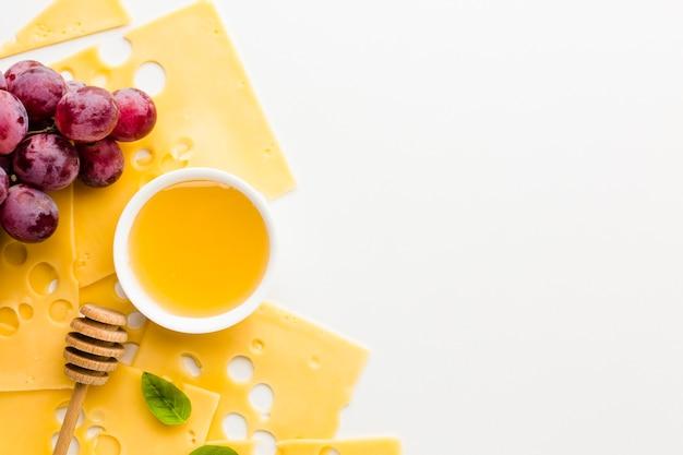 トップビューエメンタールチーズスライスブドウと蜂蜜のコピースペース 無料写真