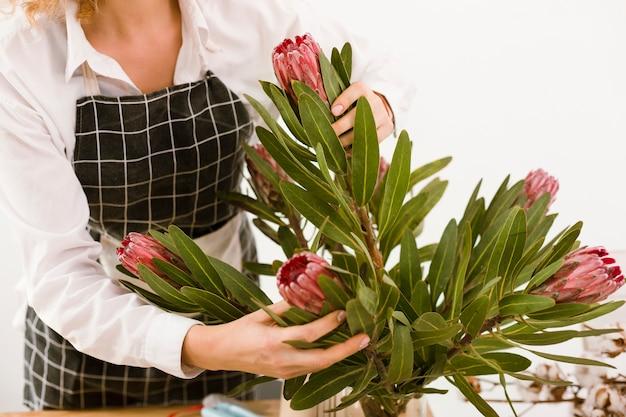 花束をアレンジするクローズアップの花屋 無料写真