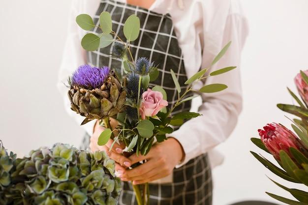 美しい花束を保持しているクローズアップの女性 無料写真