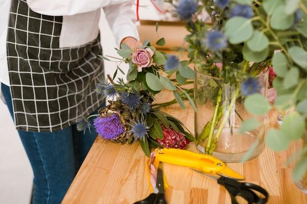 花屋で働くクローズアップ花屋 無料写真