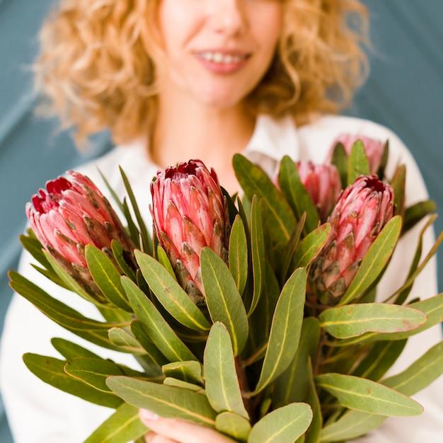 花束を笑顔でクローズアップ女性 無料写真