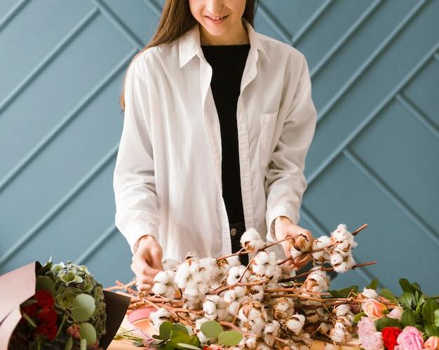 白いコートと花のクローズアップの女性 無料写真