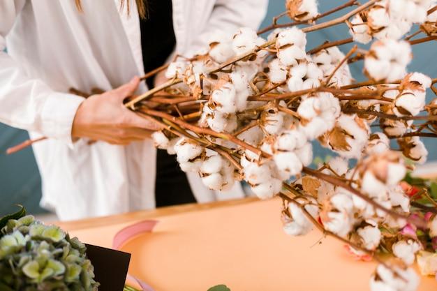 花を保持している白衣とクローズアップの女性 無料写真