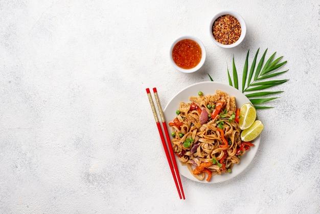 野菜箸とコピースペースとスパイスの平干し麺 無料写真