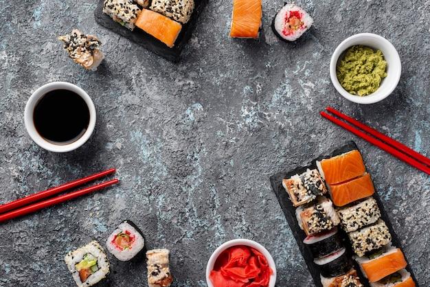 Маки суши, роллы, палочки для еды и соевый соус Бесплатные Фотографии