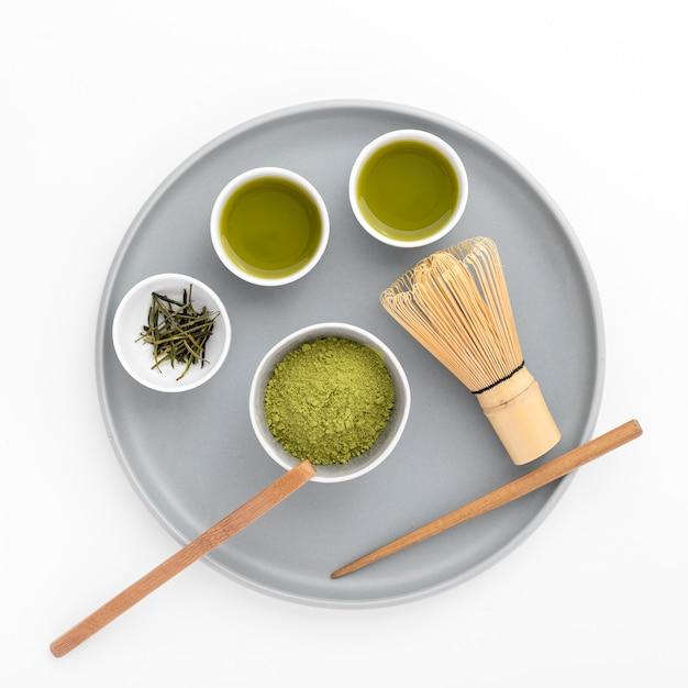 竹の泡立て器と抹茶パウダーのトップビュー 無料写真