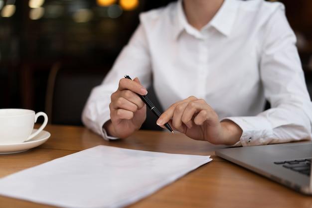 オフィスで書類に署名する準備ができている実業家 無料写真