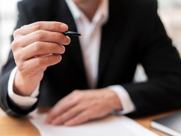 Вид спереди деловой человек, держащий ручку Бесплатные Фотографии