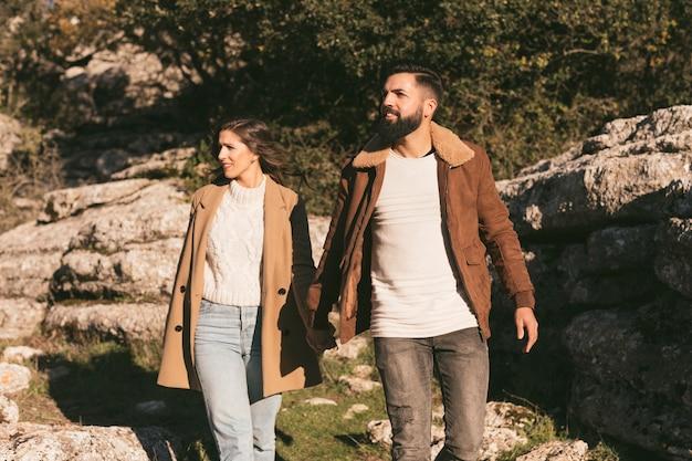 Молодая пара делает горное путешествие Бесплатные Фотографии