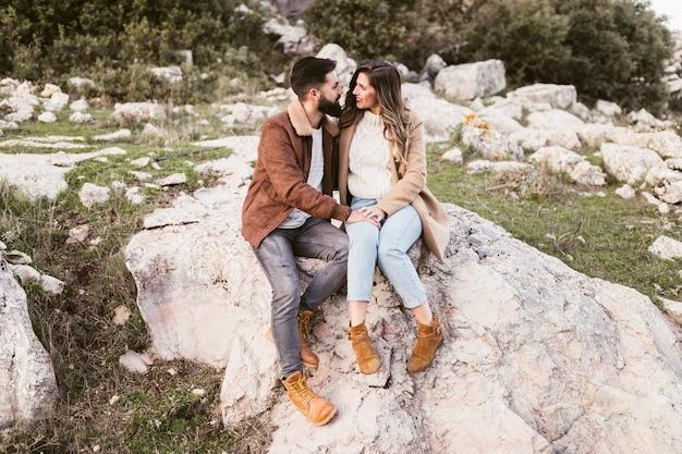 岩の上に滞在する若いカップル 無料写真