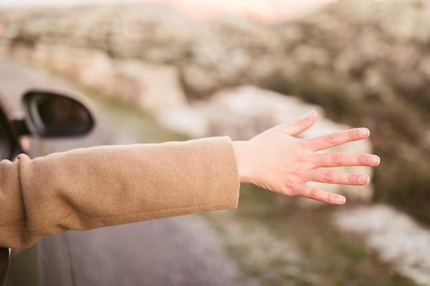 Женщина берет ее руку из машины Бесплатные Фотографии