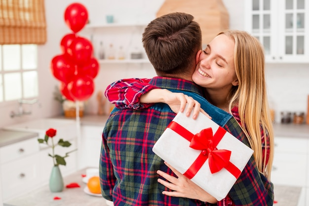 Средний снимок счастливая женщина обнимает парня Бесплатные Фотографии