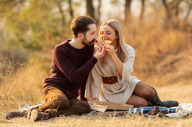 Лучшие друзья едят пиццу вместе Бесплатные Фотографии