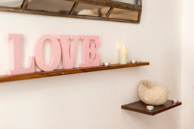 棚の上のピンクの愛のレタリング 無料写真