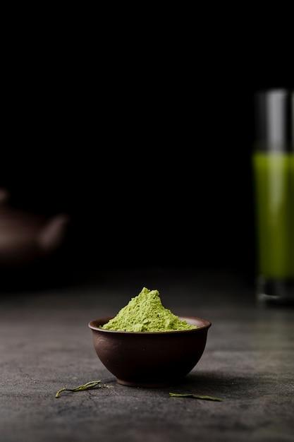 コピースペースのボウルに抹茶茶粉末の正面図 無料写真