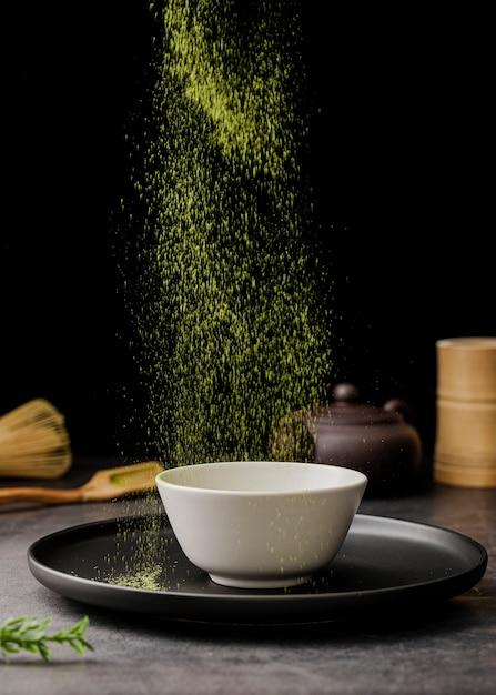 ボウルにふるいにかけた抹茶パウダー 無料写真