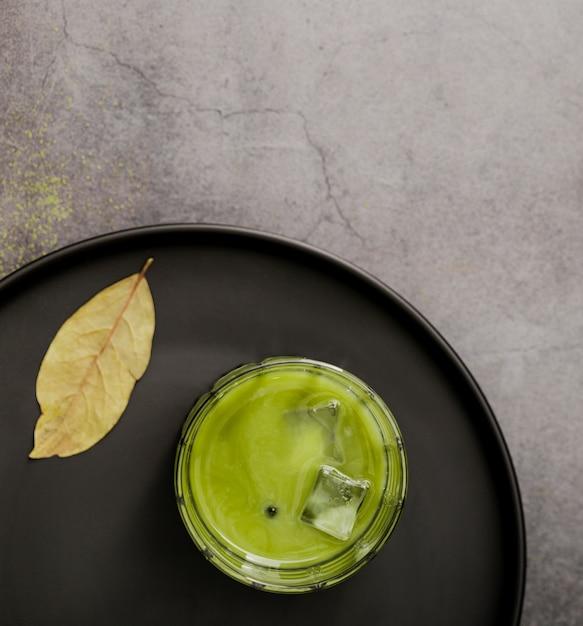 アイスキューブと抹茶茶のフラットレイアウト 無料写真
