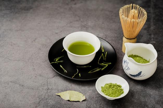 プレートと葉のカップで抹茶の高角度 無料写真