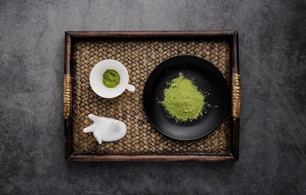 抹茶とプレートのトレイの平面図 無料写真
