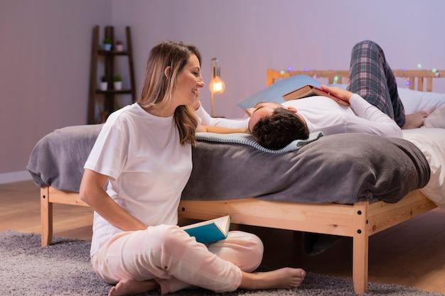 Молодая пара развлекается в постели Бесплатные Фотографии