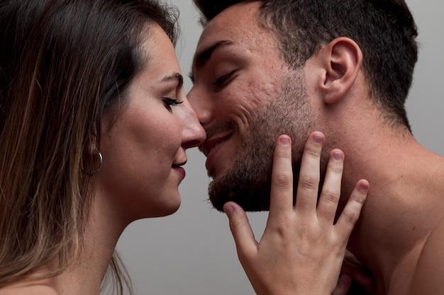 クローズアップ裸のカップルがキス 無料写真