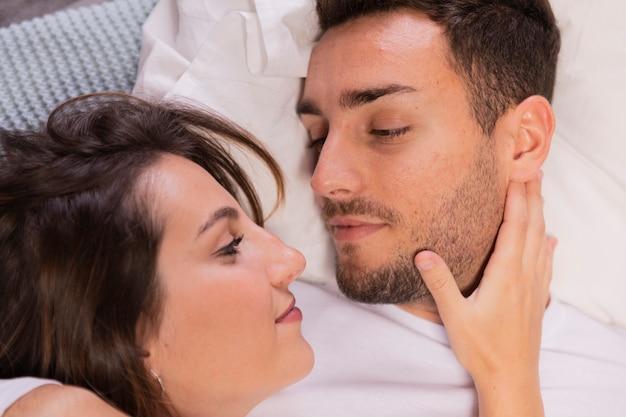 Красивая молодая пара в спальне Бесплатные Фотографии