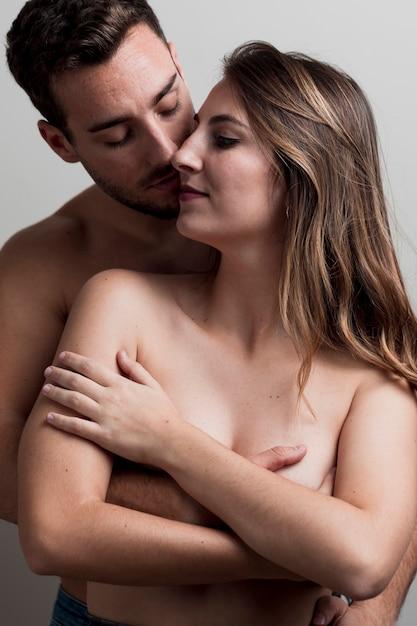 若い裸のカップルを受け入れる 無料写真