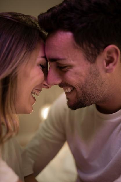 Пара обнимает и обнимает друг друга Бесплатные Фотографии
