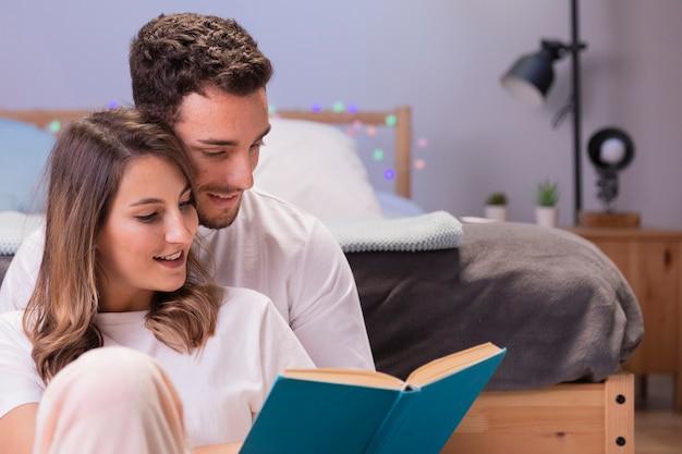 ベッドの中で美しい若いカップル 無料写真