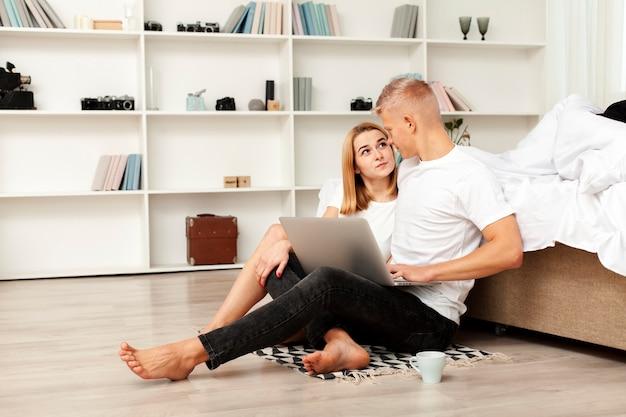 男と女のラップトップで映画を見て 無料写真