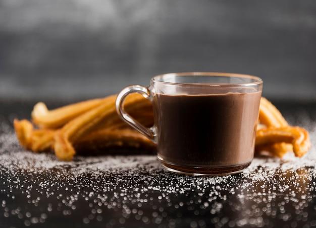 溶かされたチョコレートとチュロスの正面透明カップ 無料写真