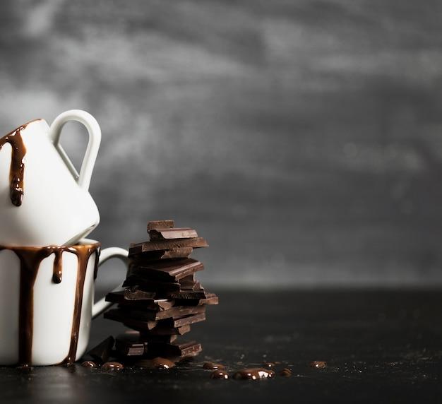 Куча шоколада и кружки с копией пространства Бесплатные Фотографии
