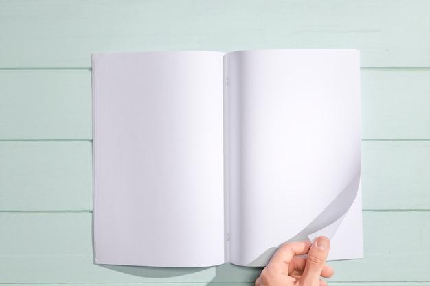 白いページのトップビューをめくる手 無料写真