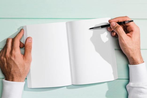 コピースペースクリップボードの上にペンを持っているフラットレイアウト手 無料写真
