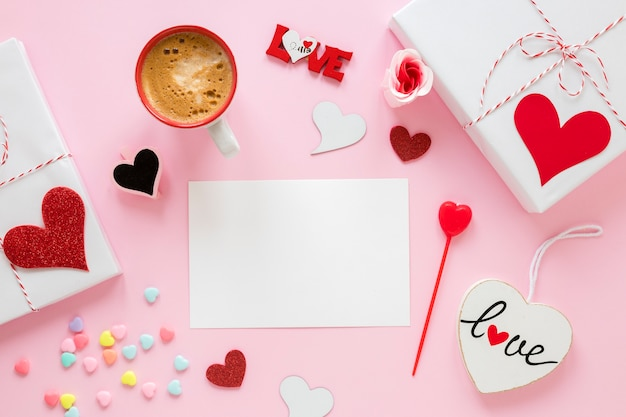 コーヒーとプレゼントのバレンタイン用の紙 無料写真