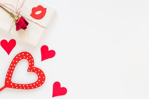Подарок с розой для влюбленных с копией пространства Бесплатные Фотографии
