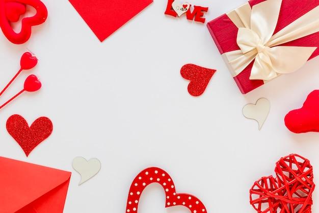 バレンタイン用のギフトと封筒フレーム 無料写真