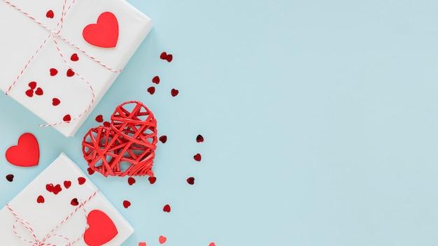 Подарки с сердечным конфетти для влюбленных Бесплатные Фотографии
